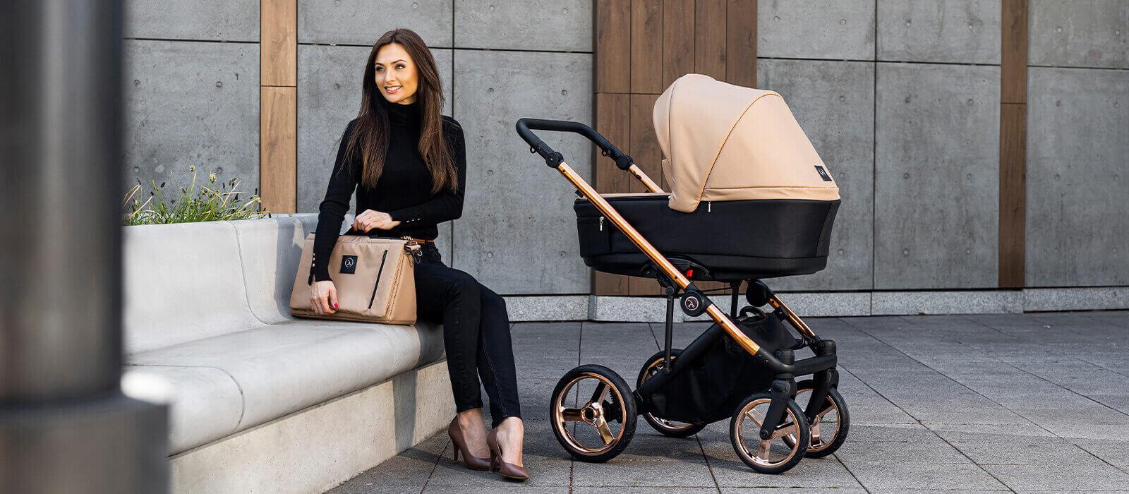 Elegancka kobieta z wózkiem dziecięcym